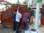 warga-membawa-masuk-kembali-mimbar-masjid.jpg
