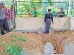 warga-memperhatikan-makam-tokoh-islam-tertua-di-asia.jpg