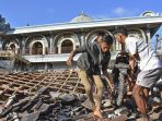 warga-mengangkat-sepeda-motornya-dari-reruntuhan-rumah-pascagempa-di-lombok-barat-ntb_20180806_143851.jpg