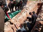 warga-menggali-kuburan-untuk-jenazah-korban-serangan-gas-beracun-di-khan-sheikhun-suriah_20170407_204513.jpg