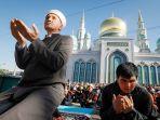 warga-muslim-di-rusia-menghadiri-sholat-id-di-dekat-masjid-katedral-moskwa.jpg