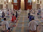 warga-oman-laksanakan-shalat-jumat-di-masjid.jpg