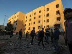 warga-palestina-berjalan-di-dekat-gedung-yang-terkena-serangan-udara-israel_20171209_193536.jpg