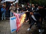 warga-palestina-membakar-bendera-israel-dan-amerika-serikat_20171207_192347.jpg