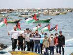 warga-palestina-mengibarkan-bendera-di-pantai-jalur-gaza.jpg