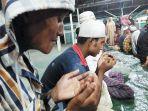 warga-rohingya-berdoa-usai-shalat_20180423_142418.jpg