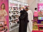warga-saudi-berbelanja-di-sebuah-mal-riyadh-arab-saudi.jpg