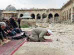 warga-suriah-shalat-di-masjid-umayyah-kuno_20161218_140743.jpg