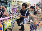 warga-thailand-kreatif-membawa-barang-belanjaan.jpg