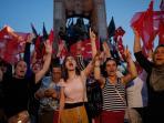 warga-turki-memberikan-dukungan-terhadap-pemerintahan-erdogan_20160717_121305.jpg