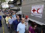 warga-venezuela-mengantre-untuk-mendapatkan-bantuan-kemanusiaan-dari-palang-merah.jpg