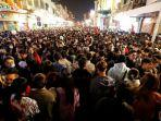 warga-vietnam-berkemurun-saat-merayakan-tahun-baru-2021.jpg