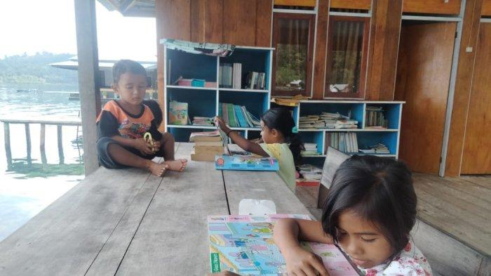 Suasana belajar di Rumah Baca Kapata, Negeri Sawai, Seram Utara, Kabupaten Maluku Tengah.