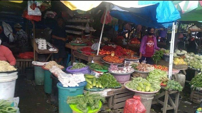 Lapak sayuran di pasar Mardika Ambon, Kamis (10/6/2021)