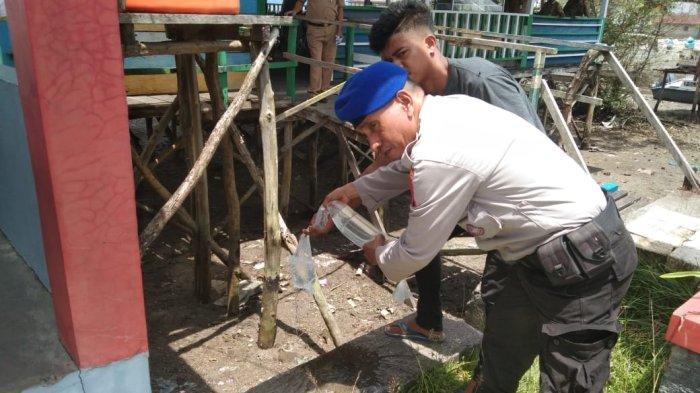 MALUKU: 60 liter minuman keras jenis sopi disitu Polairud di depan Airud Tulehu, Maluku Tengah, Senin (11/10/2021).