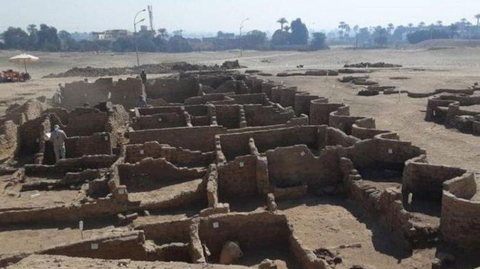 Kota ini diyakini dibangun pada masa Firaun Amenhotep III,