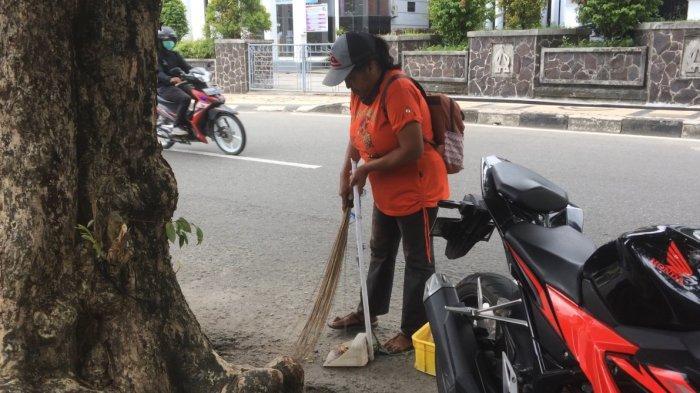 Cerita Buruh Sapu di Ambon Sering Dimarahi Atasan, Masyarakat Diminta Buang Sampah pada Tempatnya