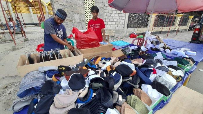 Pedagang Kopiah di Ambon Raih Untung Berlipat Jelang Ramadhan