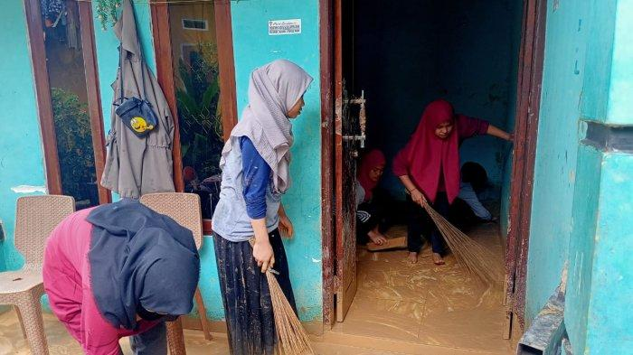 AMBON: Warga dibantu relawan dompet dhuafa melakukan pembersihan rumah nenek Umi yang tertimpa longsor, Senin (12/7/2021) siang.