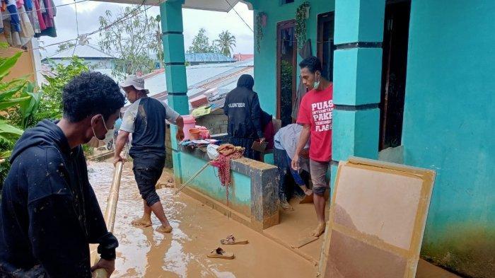 Tertimpa Longsor, Dompet Dhuafa Maluku Gotong Royong Bersihkan Rumah Nenek Umi