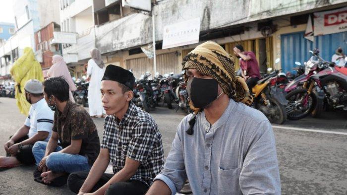 AMBON: Barisan shaf salat Idul Fitri 1442 Hijriah hingga di emperan toko di area Masjid Al-Fatah Ambon,  Kamis (13/5/2021)..