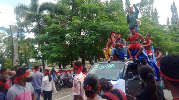 MALUKU : Mahasiswa pulau Aru menggelar aksi di halaman kantor Gubernur Maluku, Senin (13/9/2021).