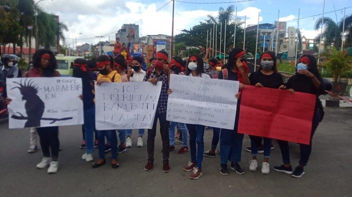 MALUKU: Perhimpunan Mahasiswa Kabupaten Kepulauan Aru berunjuk rasa meminta Pemerintah Daerah Maluku Kembalikan tanah adat milik mereka, Senin (13/9/2021)