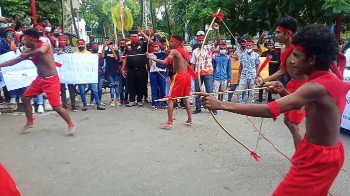 Mahasiswa Pulau Aru - Maluku Demo dengan Kostum Pakaian Adat