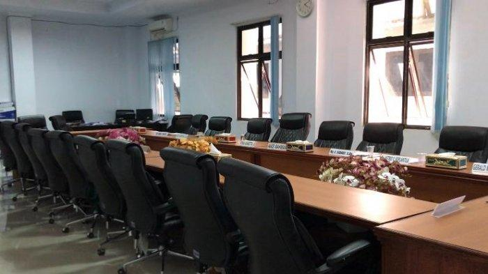 AMBON: Suasana di Ruang Komisi II DPRD Kota Ambon sepi tak ada satu pun anggota komisi yang berkantor, Senin (13/9/2021).