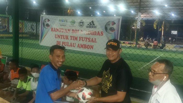MALUKU: Ketua Asprov PSSI Maluku, Sofyan Lestaluhu secara simbolis menyerahkan bola kepada salah satu Klub Futsal, Rabu (13/10/2021).