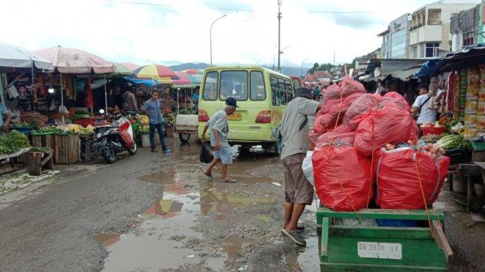 Jalan Rusak di Kawasan Pasar Batu Merah Bahayakan Warga, Pemkot Ambon Diminta Segera Perbaiki