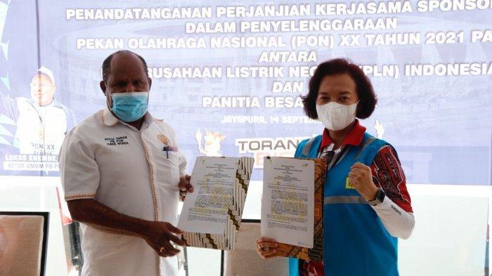 Direktur Manajemen Sumber Daya Manusia Syofvi F. Roekman (kanan) & Ketua Harian PB PON (kiri) saat melakukan penandatanganan perjanjian sponsorship penyelenggaraan PON Papua 2021, Selasa (14/9/2021)