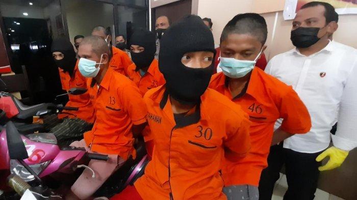 AMBON - Enam tersangka kasus pembunuhan Mahasiswa Unpatti, Husin Suat di Jembatan Merah Putih saat dihadirkan dalam gelar kasus di Mapolresta Ambon & Pulau-Pulau Lease, Senin (15/2/1/2021).