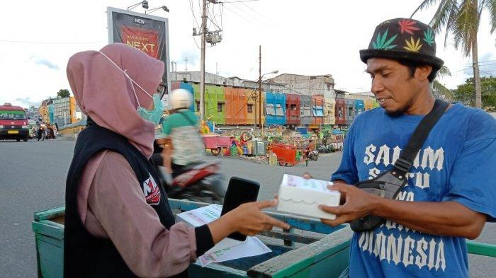 Berbagi Paket Takjil, ACT Maluku Menyasar Pedagang di Pantai Losari
