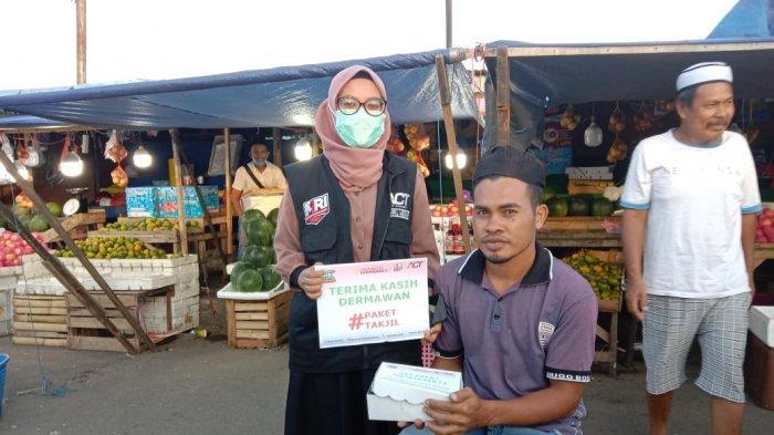AMBON: Aksi Cepat Tanggap (ACT) Maluku membagikan makanan berbuka puasa di Jalan Mardika, Nusaniwe, Kota Ambon, Kamis (15/04/2021)..