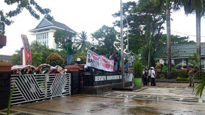 Tolak PPKM Mikro, Puluhan REMAS Kampus IAIN Demo di Balai Kota Ambon