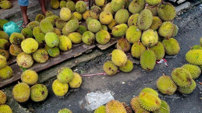 AMBON: Lapak durian di Perempatan Kebun Cengkeh, Sirimau, Ambon, Kamis (15/7/2021).