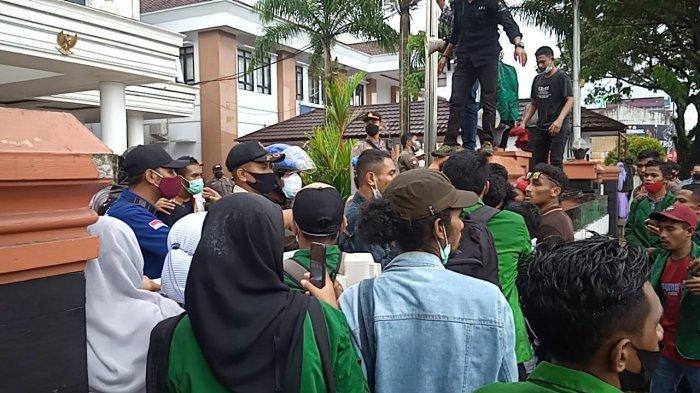 AMBON: Remaja Masjid Imam Rijali Kampus IAIN Ambon melakukan aksi demo di depan Balai Kota Ambon, Kamis (15/7/2021) siang..