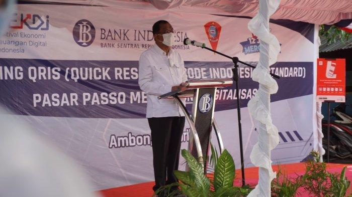 AMBON: Walikota Ambon, Richard Louhenapessy yang hadir dalam peluncuran QRIS di Pasar Transit Passo mengatakan, sudah saatnya masyarakat harus mengikuti perkembangan dan penggunaan terknologi, Jumat  (16/4/2021).