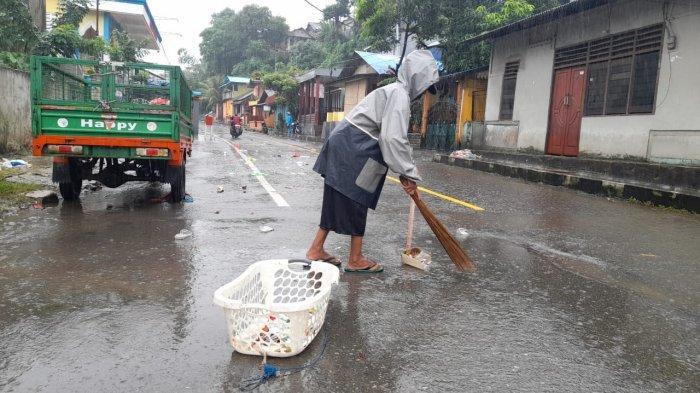 Pasukan Kuning Sigap Bersihkan Sampah Akibat Luapan Air di Ongkoliong