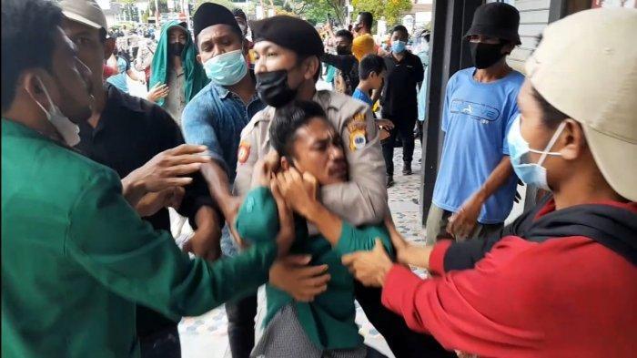 Sebabkan Kerumunan, Polisi Bubarkan Aksi Tolak PPKM di Ambon