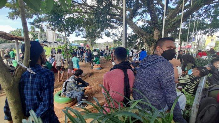 Dipukul Mundur Aparat, Massa Demo Tolak PPKM di Ambon Amankan Diri di Gong Perdamaian