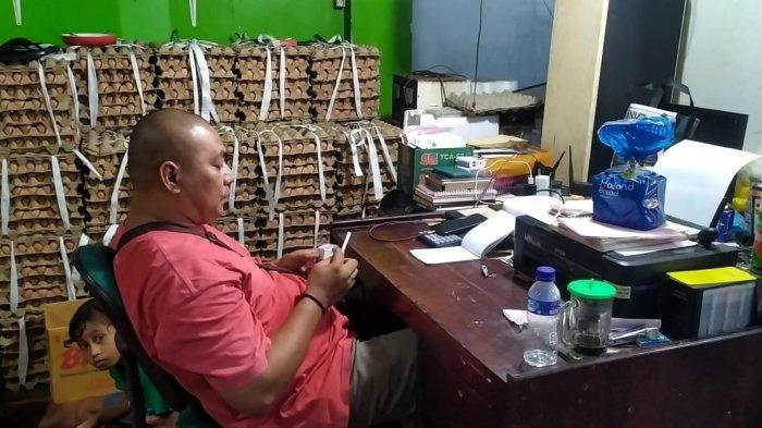 Sepi Pengunjung Selama PPKM, Pelaku Usaha Dagang Pasar Mardika Ambon Promosi Produk Secara Online