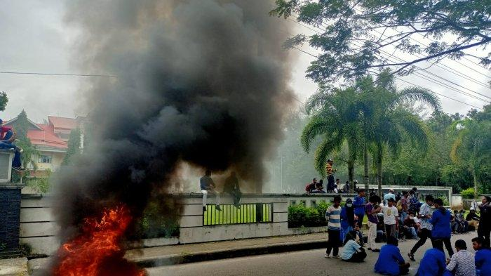 Demonstran Bakar Ban Saat Aksi, Asap Memenuhi Halaman Rektorat Unpatti