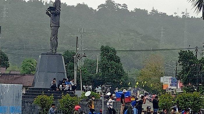 Diguyur Hujan, Aksi Demo Menolak PPKM di Ambon Terus Berlanjut