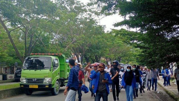 Massa Aksi Tolak PPKM di Bundaran Leimena Mulai Bergerak Menuju ke Kantor Wali Kota Ambon