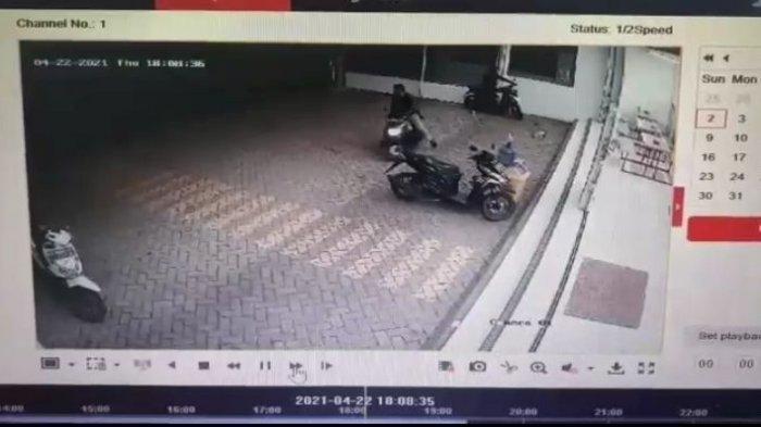 Modus Membeli Rokok dan Minum Kopi, 2 Pemuda Curi Sepeda Motor Milik Kasir Minimarket, Terekam CCTV