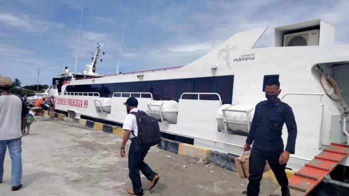 FERRY CEPAT - Penumpang Kapal Ferry Cepat Express Pricillia 99  Ambon - Masohi saat berlabuh di Pelabuhan Masoho, Selasa (20/1/2021)
