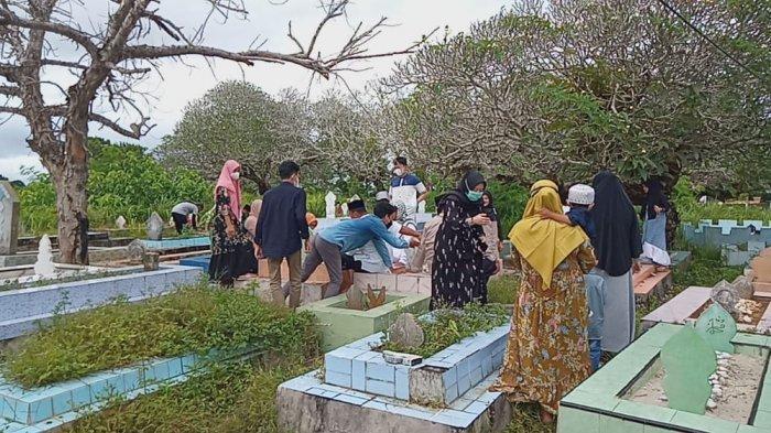 Tradisi Ziarah Kubur, TPU di Namlea-Pulau Buru Ramai Dikunjungi Peziarah Saat Idul Adha 1442 H