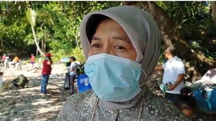 Turun Aksi Bersih-Bersih di Pesisir Pantai Seilale, Anna Latuconsina; Perlu Adanya Regulasi